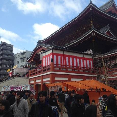 Osu Kannon temple. Couldn't even figure out where the line began  大須観音。 激混み (by stonetako920)